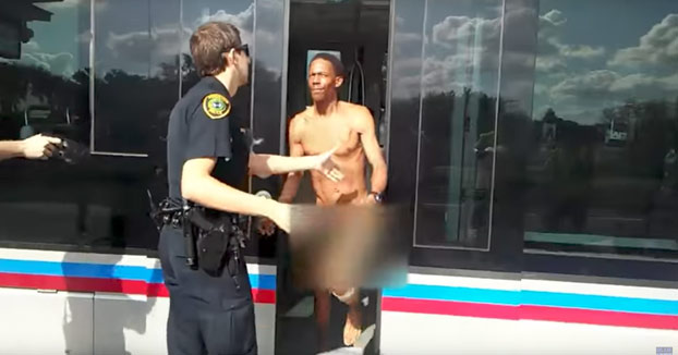 Se lo llevan detenido pero antes le mete una hostia con la mano abierta al policía