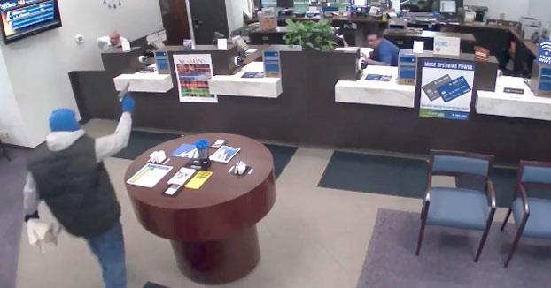 Un guardia de seguridad acaba con la vida de un ladrón que entró al banco pegando tiros
