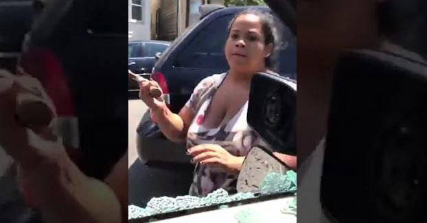 Una madre destroza a martillazos el coche de su marido con sus dos hijos en el interior
