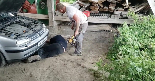 Un cambio de motosierra sin hoja, un poco de sangre falsa y hace que su amigo se desmaye