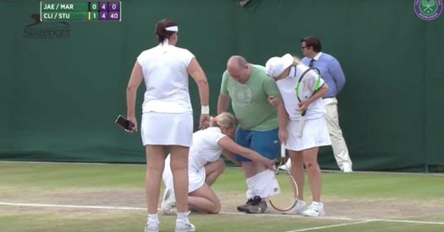 Aconseja a las mujeres cómo jugar al tenis y lo sacan al campo a que muestre sus habilidades
