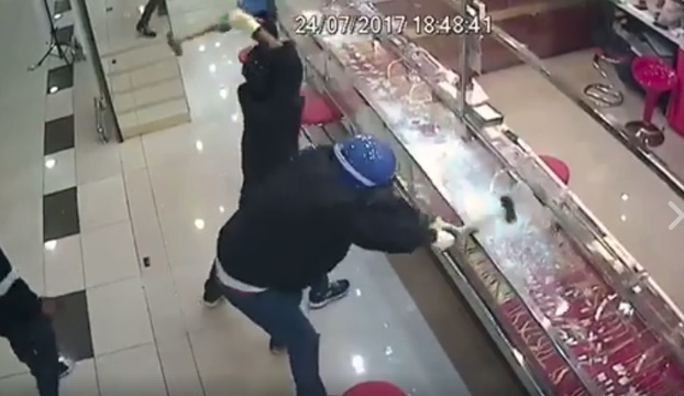 video ladrones rompen cristales robar joyas malasia