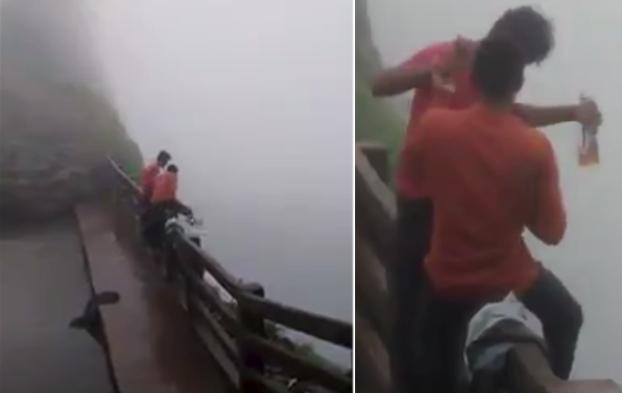 dos jovenes caen acantilado india