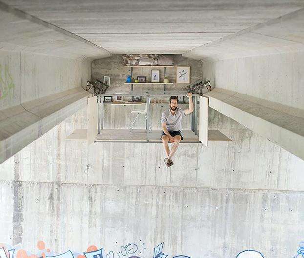 Un diseñador español construye su estudio bajo un puente en Valencia