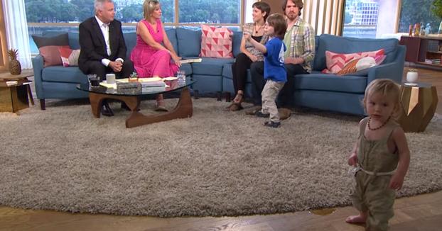 Acuden a la tele para hablar de su filosofía de crianza natural y el niño salta en el sofá y la niña se orina en el plató