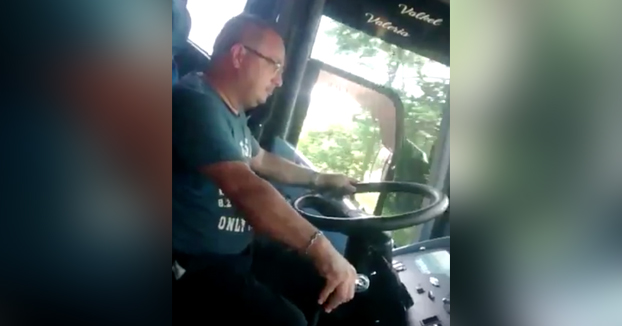 Final inesperado: Conductor de autobús pone el piloto automático y se pone a bailar
