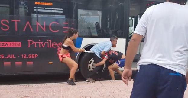 Una pareja de turistas españoles agrede a un conductor de autobús de Ibiza (Vídeo)