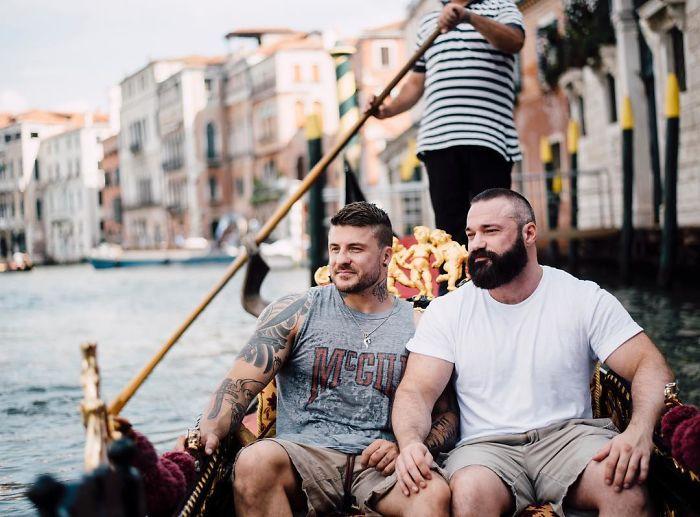 Su novio le pide matrimonio por sorpresa a este ex-saltador olímpico y las fotos triunfan en Internet