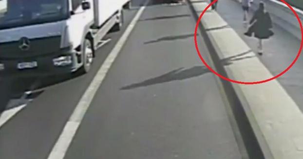 Un runner empuja a una mujer a la carretera y casi es atropellada por un autobús