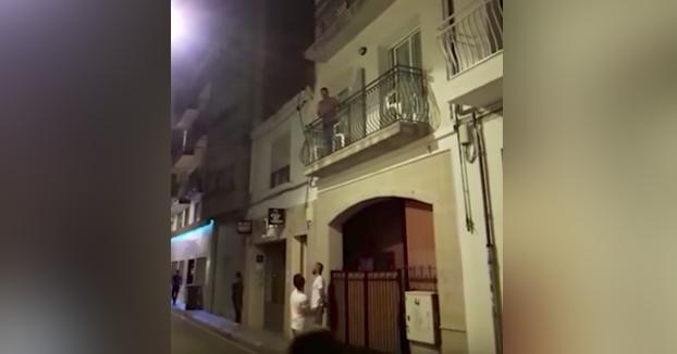 Un guardia civil responde con un fandango a una cacerolada debajo del hotel en el que se alojan en Barcelona