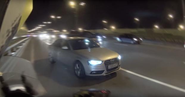 Un motorista le salva la vida a un suicida ofreciéndole llevarle en moto (Vídeo completo)