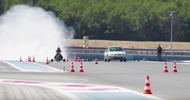 Trike impulsado por agua se pone a 261 km/h y acelera de 0 a 100 km/h en 0,55 segundos