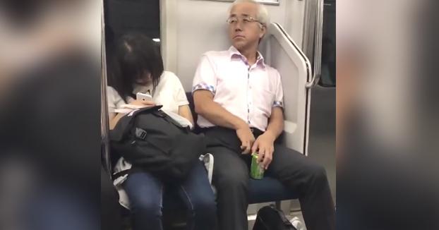 Un hombre japonés le lanza vello púbico en la cabeza a una chica después de arrancárselo de la entrepierna