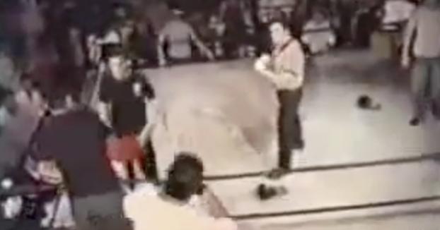 Un árbitro de MMA tumba a un luchador después de que intentara pegarle