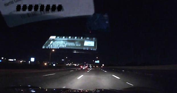 Reflejos brutales: Un conductor esquiva por los pelos a un ciclista que iba por la autopista en plena noche