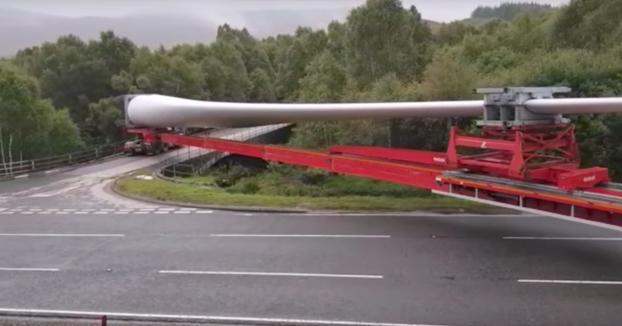 El giro imposible: Hace un giro de 90º con una pala de aerogenerador de 60 metros en el remolque