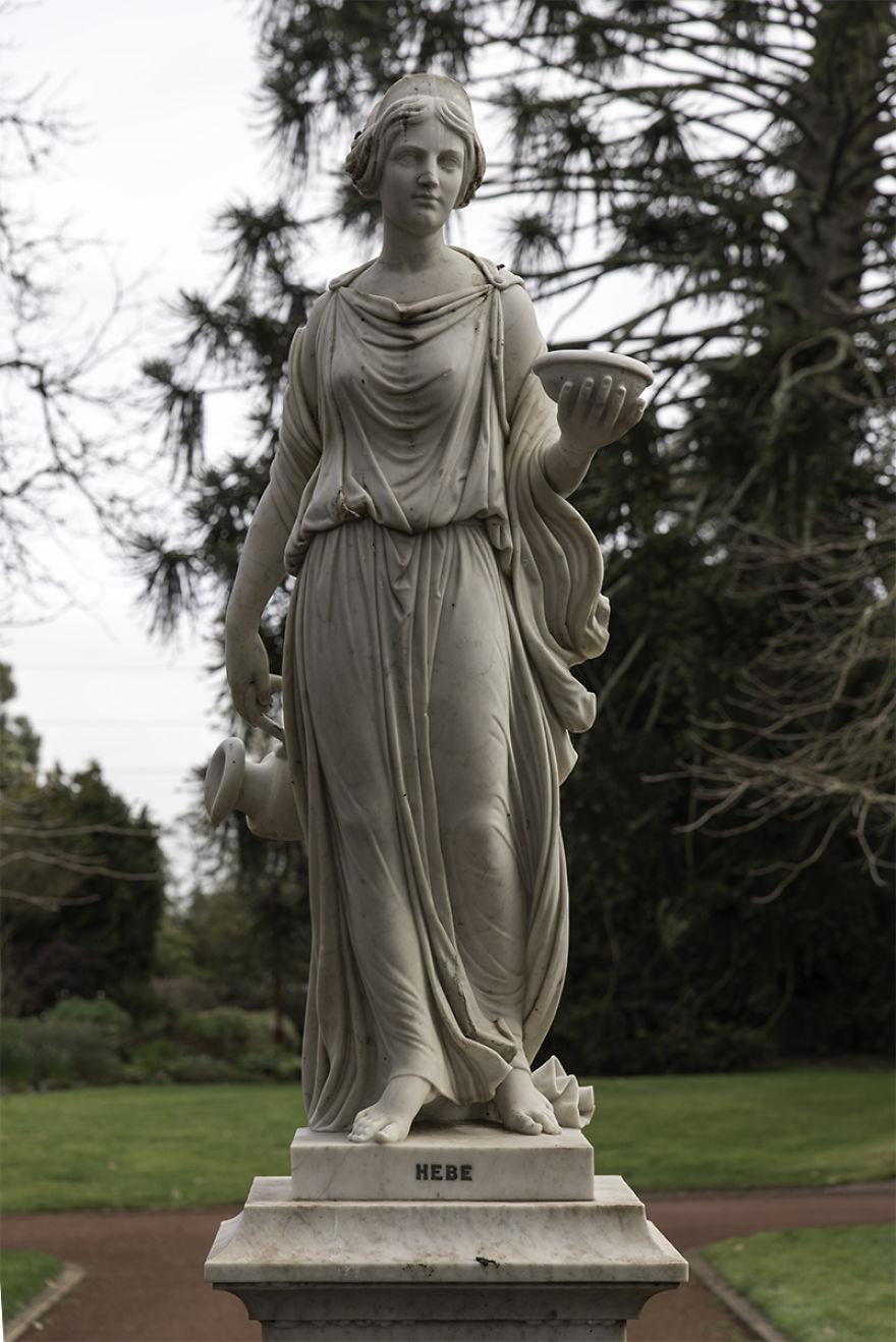 Les doy color a estatuas del siglo XIX para que cobren vida