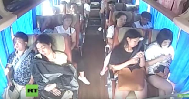 La importancia de llevar el cinturón de seguridad: Autobús vuelca en un aparatoso accidente en China