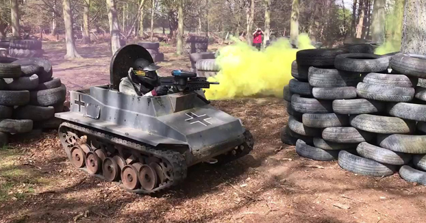 Batalla de paintball con mini tanques