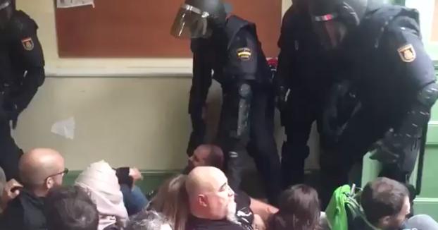 Injustificada patada voladora de un policía en un colegio en Barcelona