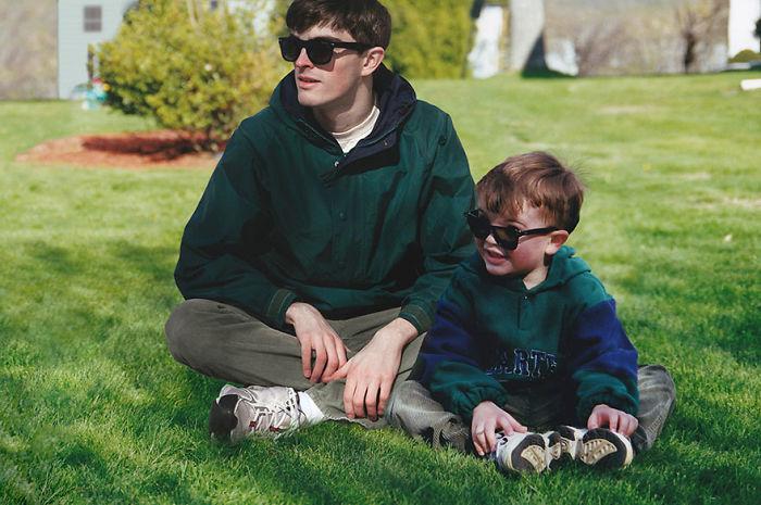 Se photoshopea a sí mismo en sus fotos de la infancia junto a su yo de niño y el resultado es muy realista