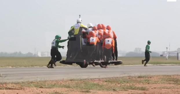 Ejército indio bate récord mundial subiendo 58 personas sobre una motocicleta