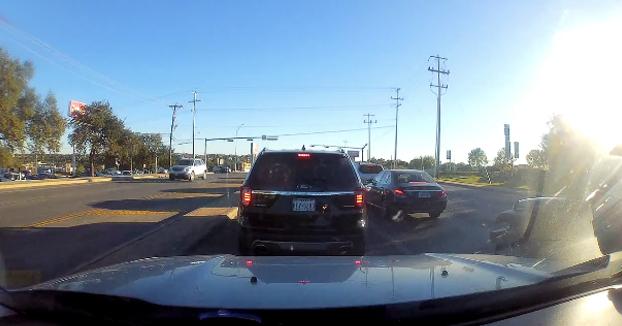 Estaban esperando tranquilamente en el semáforo, cuando de repente...