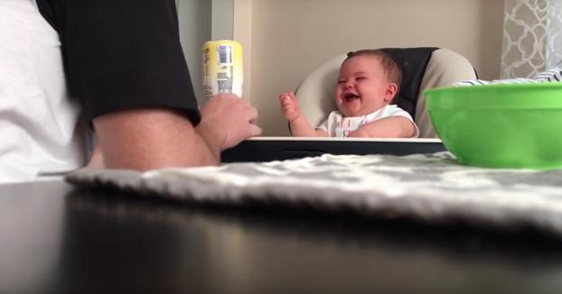 Este bebé se mea de la risa con la torpeza de su padre