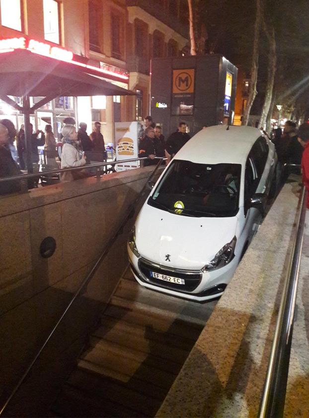 Embiste una parada de metro con su coche porque lo confundió con la entrada de un parking