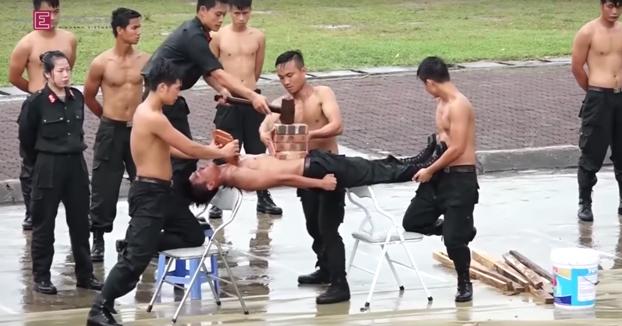 Atención a los ejercicios que hace la policía vietnamita