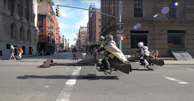 Recorriendo las calles de Nueva York con una Speeder bike de Star Wars que parece flotar de verdad