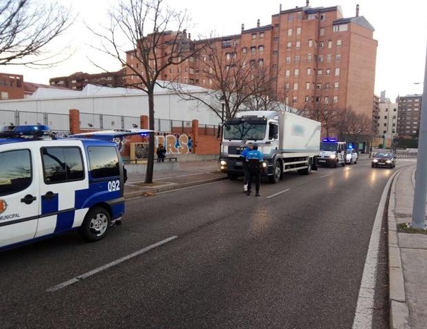 Se salta un ceda al paso, casi embiste a un equipo de atestados de la Policía y da positivo por droga en Valladolid