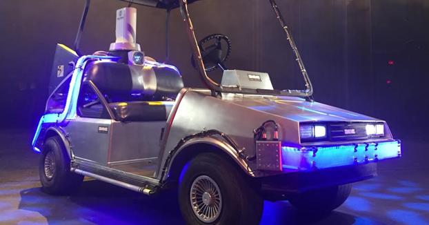 Modifica un carrito de golf y lo convierte en el DeLorean de Regreso al futuro