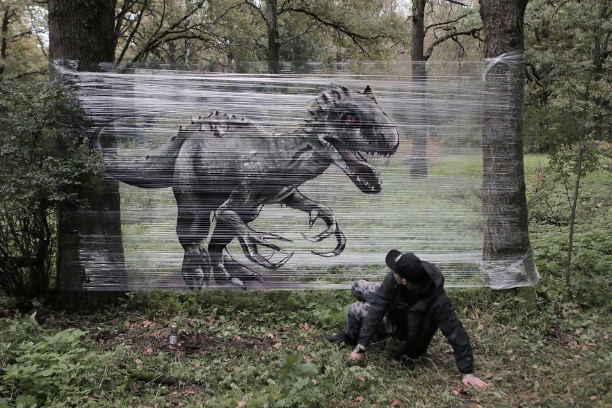 Pinta animales con spray sobre film transparente en el bosque