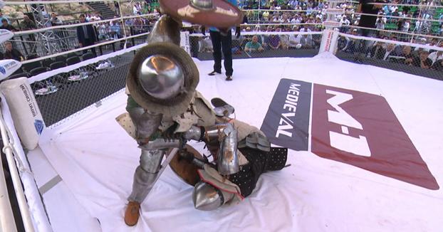 Pelea de MMA Medieval termina en un KO bastante fuerte