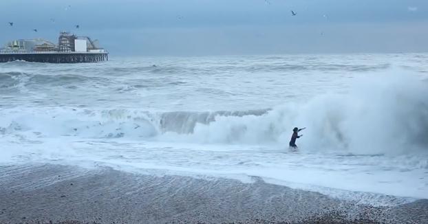Se lanza al mar revuelto para salvar a su perro y es criticada porque deja de intentarlo en la primera caída