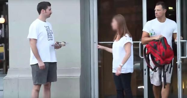 Trolls: Se ponen a regalar pastelitos en la entrada de un gimnasio