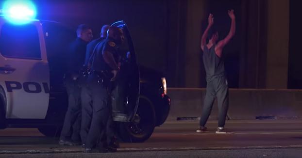 Este tipo se viene arriba cuando la policía lo detiene y se baja del coche