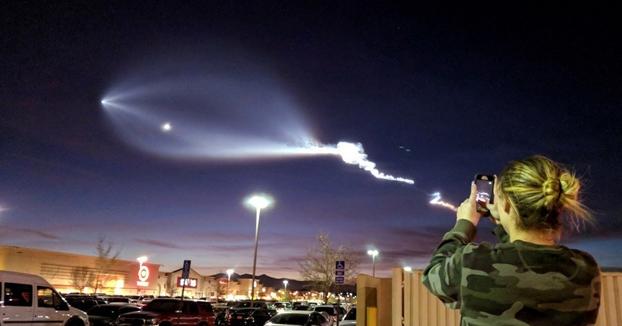 El cohete SpaceX sobrevolando Los Ángeles