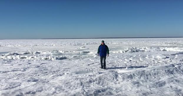 Va a la playa y se encuentra todo el océano congelado