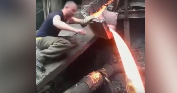 Los rusos están hechos de otra pasta: Atención a este trabajador de una fundición