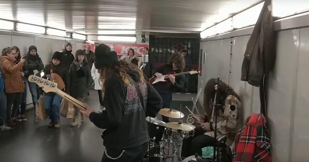 Cuando entras en el metro y unos músicos están tocando tu canción favorita