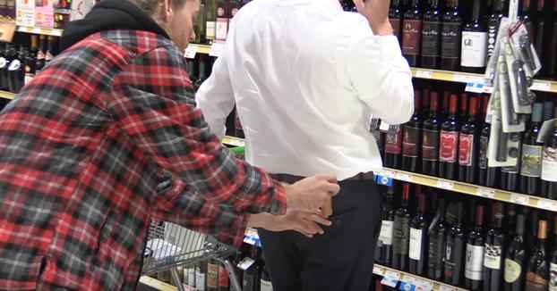 Este youtuber se dedica a meterles salchichas en los bolsillos a la gente en el supermercado