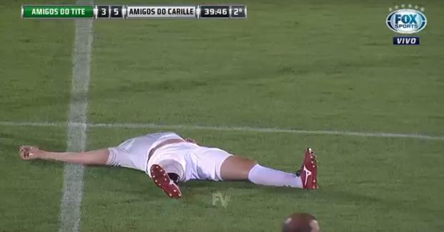 Simula una lesión en su pierna derecha