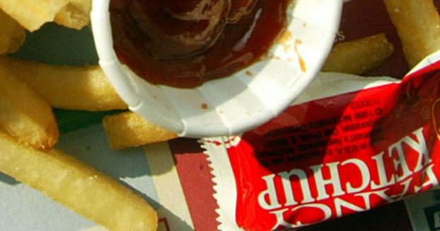Una mujer pasa seis años con molestias digestivas hasta que le descubren dos sobres de ketchup en su intestino