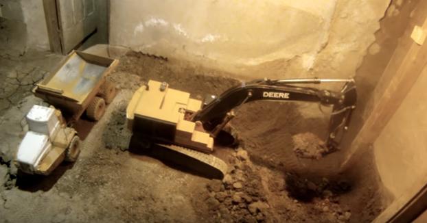 Túnel Cava 11 Años Su En Juguetes Durante Un Sótano Utilizando Solo f7Y6gybv