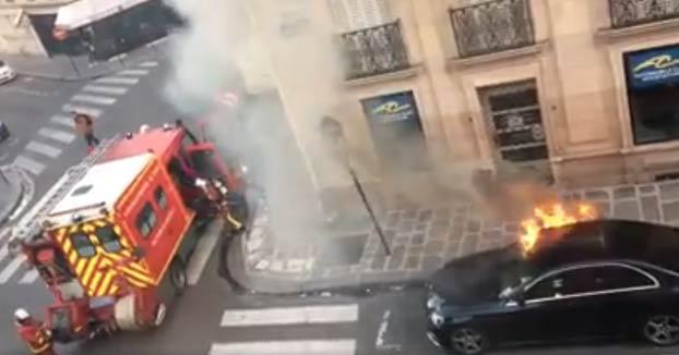 Actuación de los bomberos en Francia para apagar un Mercedes en llamas en la calle
