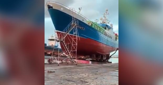 Un barco se va a pique... en tierra firme, en los astilleros del puerto de Oza, en A Coruña