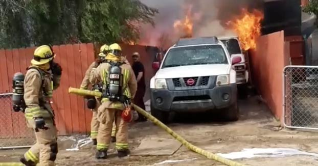 Un hombre entra desesperado en su casa en llamas para salvar a su pit bull. Vídeo del momento