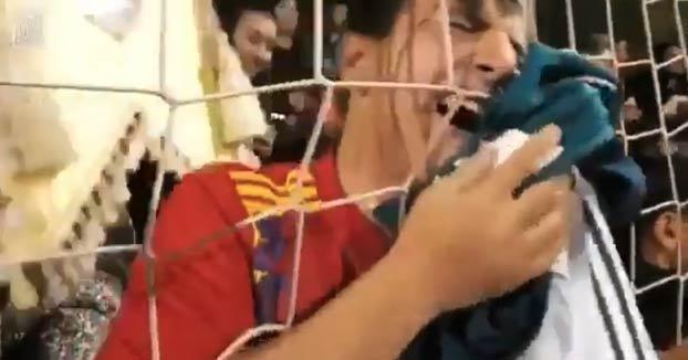 Sergio Ramos se para con los aficionados antes de irse al vestuario y ocurre lo siguiente